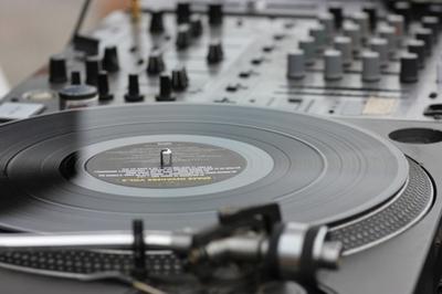 革新的DJプレイの完成者グランドマスター|NOA ONLINE DANCE