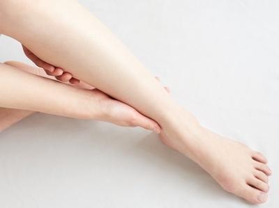ヨガで足のむくみを解消!毎日続けられる簡単ポーズ|NOA ONLINE YOGA & FITNESS【冷え性・むくむ解消】