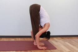 3.息を吐きながら両腕を伸ばすようにしながら体を前に倒して手のひらを床につけ、手と足の指先を横一線にそろえ前屈。(手が届かなければ膝を曲げてもよい)