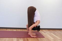 10.息を吐きながらもう一方の脚も前に進めて両足揃え、腰から上体を前に倒し、3と同様に手のひらを床につけ、手と足の指先を横一線にそろえ前屈。