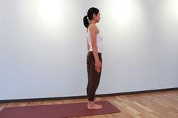 12.息を吐きながら、静かに直立の姿勢に戻して腕を下ろす。
